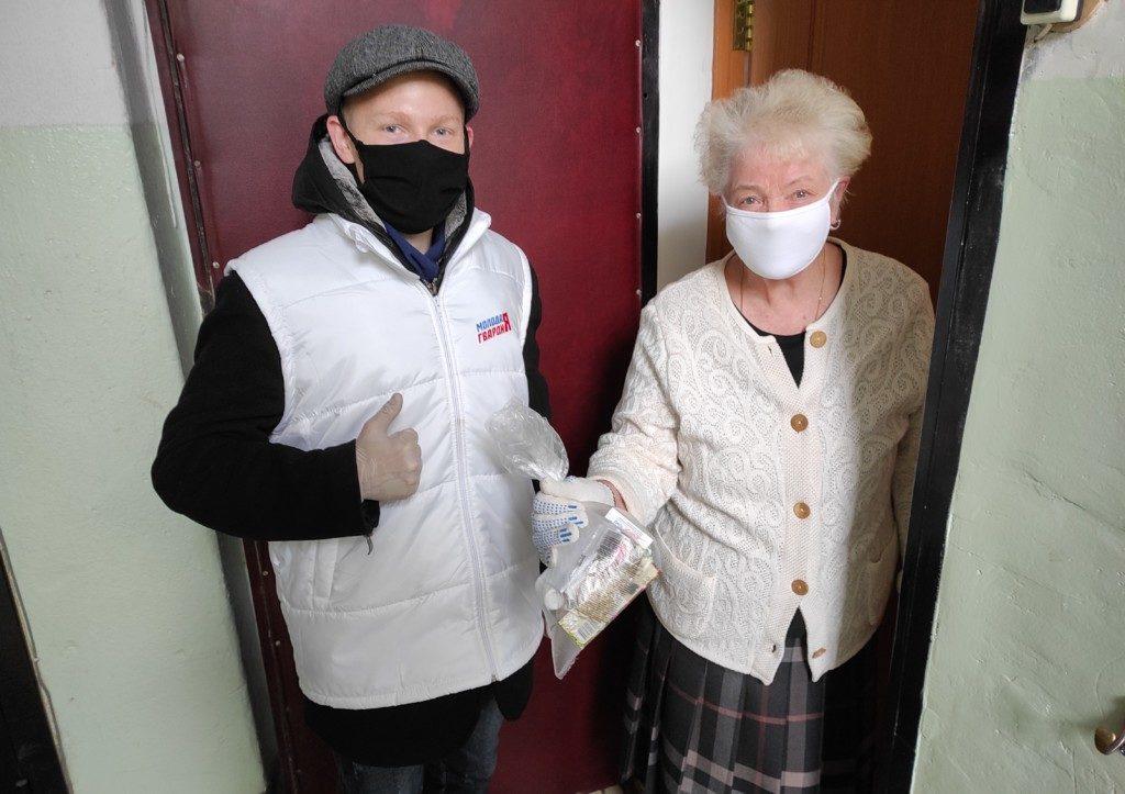 Молодая гвардия ЕР, волонтёр, пенсионерка, лекарства (фото smolensk.er.ru)