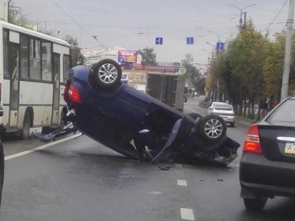 опрокидывание на крышу 6.10.2020, проспект Гагарина, ДТП, Skoda Fabia_1 (фото vk.com drive_2smolensk)
