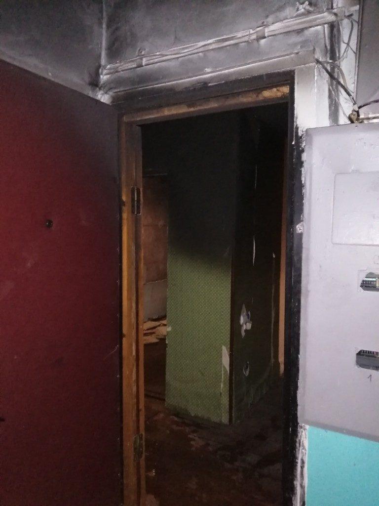 пожар 21.10.2020, кровать, квартира, входная дверь, Верхнеднепровский, улица Молодёжная (фото 67.mchs.gov.ru)