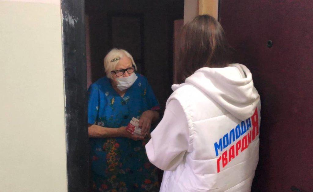 волонтёры ЕР, МГЕР, доставка лекарств пенсионерке в Смоленске (фото smolensk.er.ru)
