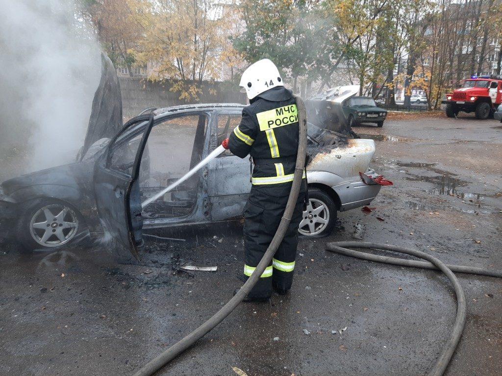 возгорание Ford Focus 16.10.2020, Сафоново, улица Советская_2 (фото 67.mchs.gov.ru)