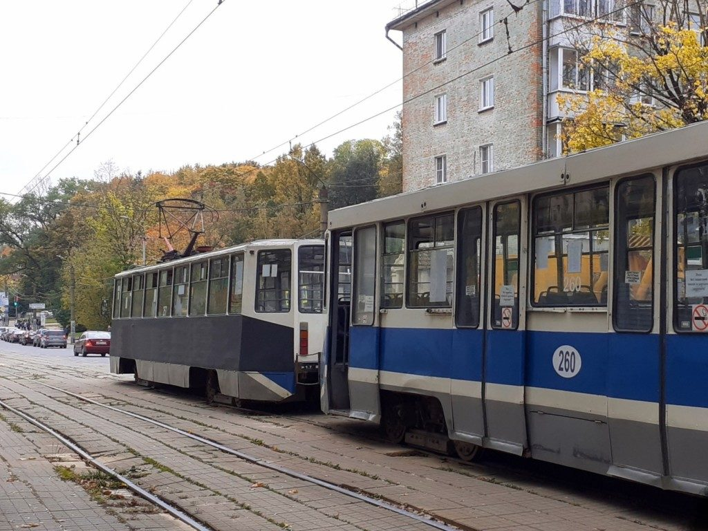 возгорание и задымление трамвая 257, 6.10.2020, сломанная дверь трамвая 260, улица Тенишевой (фото vk.com smolensk_transport)