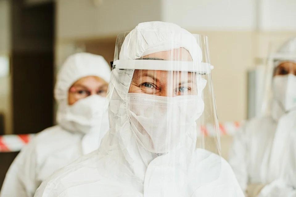 коронавирус женщина врач маска