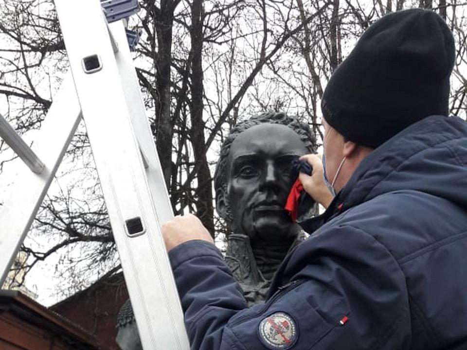 очистка 11.11.2020 бюстов героям Отечественной войны 1812 года