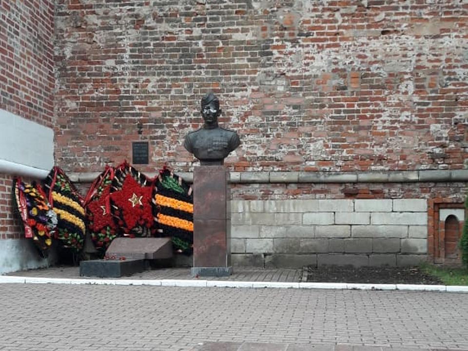 осквернённый 11.11.2020 бюст Михаила Егорова в сквере Памяти Героев