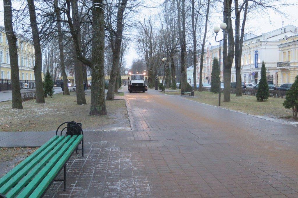 В Смоленске коммунальщики вышли на борьбу с гололедом