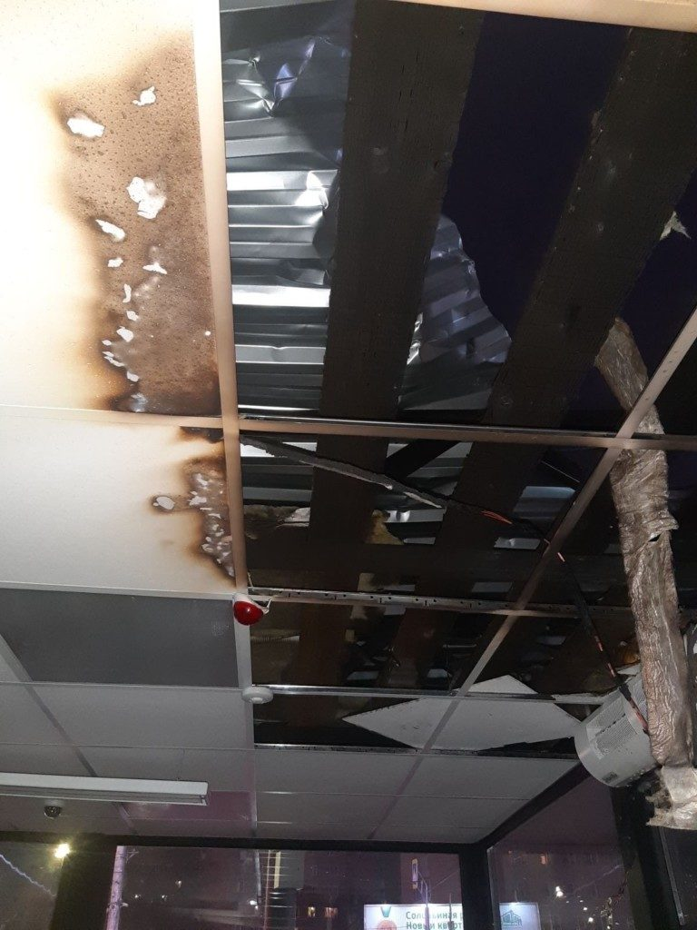 пожар 21.11.2020, торговый павильон, кровля, улица 25 Сентября (фото 67.mchs.gov.ru)_2