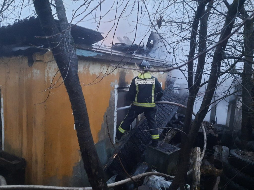 пожар 25.11.2020, 3-й Свердловский переулок, частный дом (фото 67.mchs.gov.ru)_2