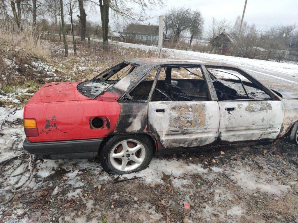 автопожар Audi 100 18.12.2020, Мигновичи_1 (фото 67.mchs.gov.ru)
