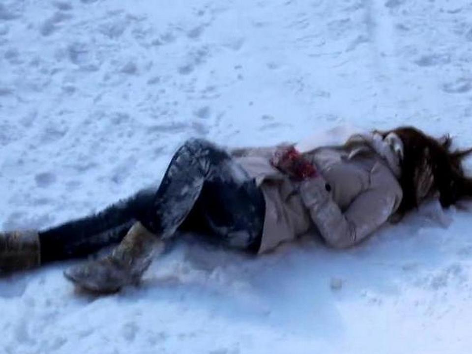 девушка, женщина потеряла сознание, упала