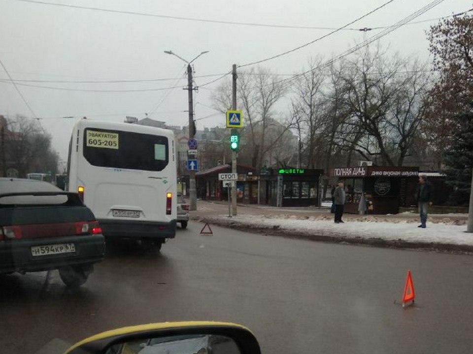 ДТП 21.12.2020, площадь Победы, автобус (фото t.me dtpsmolensk)