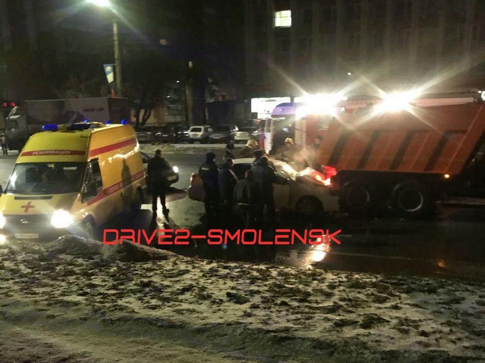 ДТП 22.12.2020, проспект Гагарина, Chevrolet Lacetti, самосвал Камаз_1 (фото vk.com drive2_smolensk)