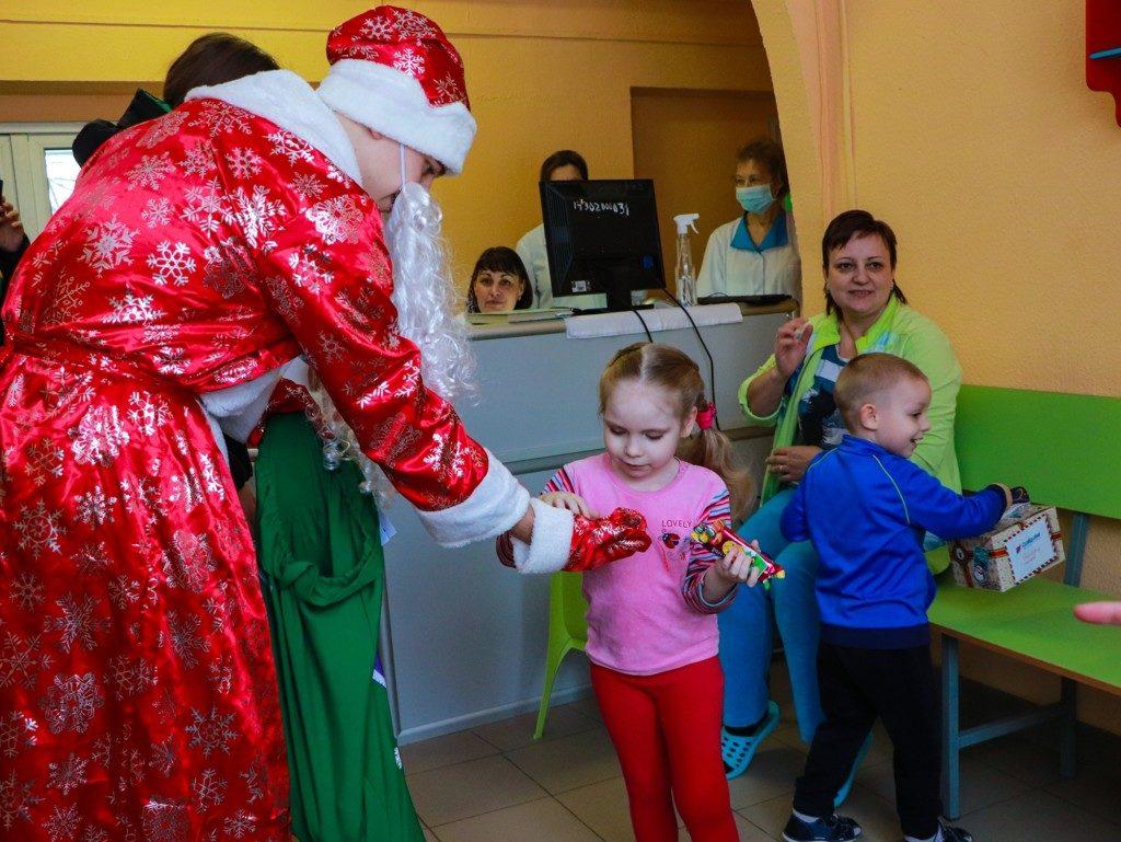 поздравление пациентов областной детской больницы волонтёрами ЕР, МГЕР, фондом СозИдаНие (фото smolensk.er.ru)