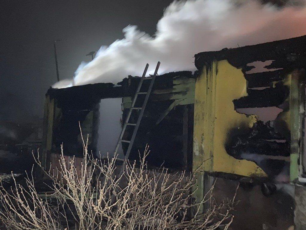 пожар 20.12.2020 в Троице, Сафоновский район, бревенчатый дом (фото 67.mchs.gov.ru)
