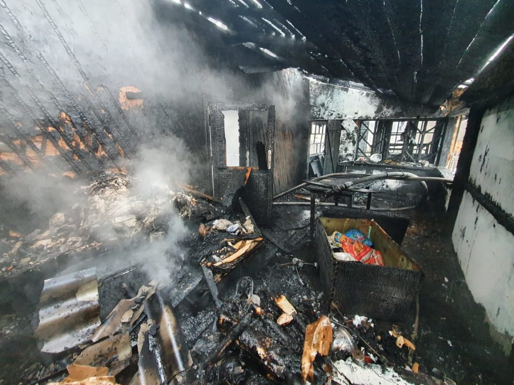 пожар 28.12.2020, Понятовка, бревенчатый дом (фото 67.mchs.gov.ru)