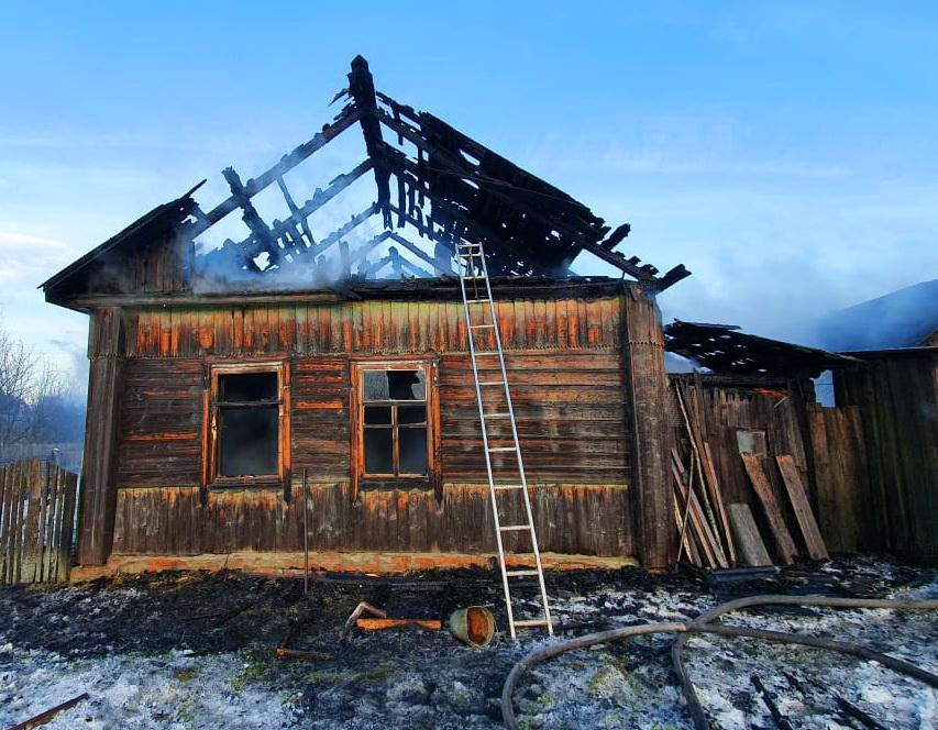 пожар 28.12.2020, Понятовка, бревенчатый дом_2 (фото 67.mchs.gov.ru)