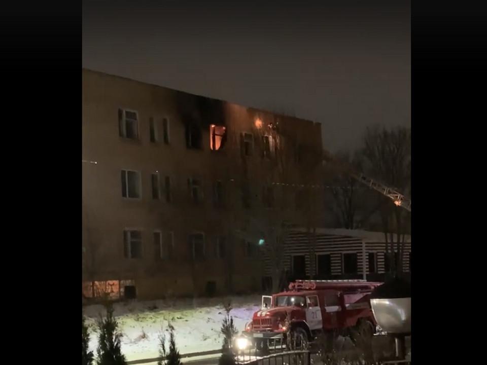 пожар 4.12.2020, Гагарин, переулок Советский, коммерческое здание (кадр видео vk.com astroblondie)