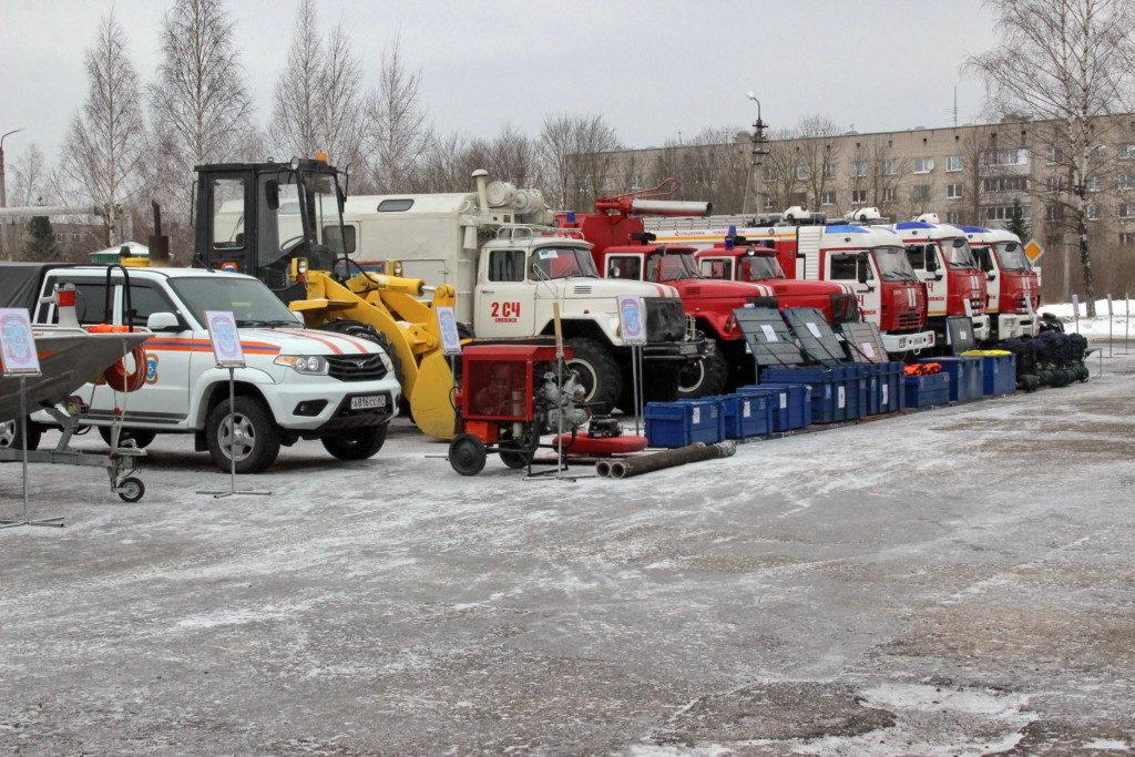 смотр пожарно-спасательной техники (фото 67.mchs.gov.ru)