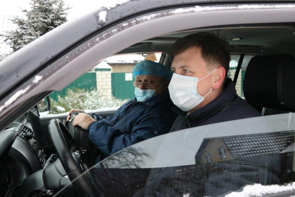 врач амбулатории в Магалинщине Леонид Рябцев, Артём Малащенков, автоволонтёр (фото smolensk.er.ru)