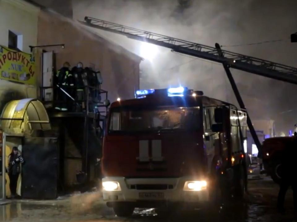 пожар 24.01.2021, Соболева, магазин, пожарная автолестница (кадр видео 67.mchs.gov.ru)