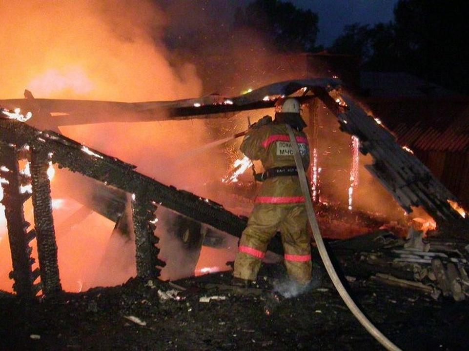 пожар, частный дом, крыша, кровля (фото 67.mchs.gov.ru)