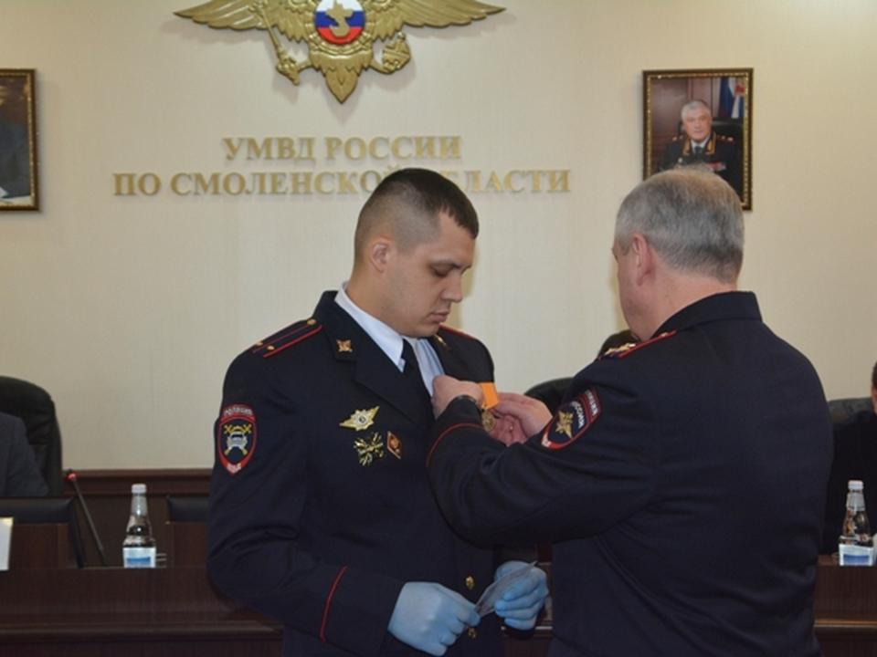 Саржин, вручение медали За смелость во имя спасения Александру Корсакову (фото 67.mvd.ru)