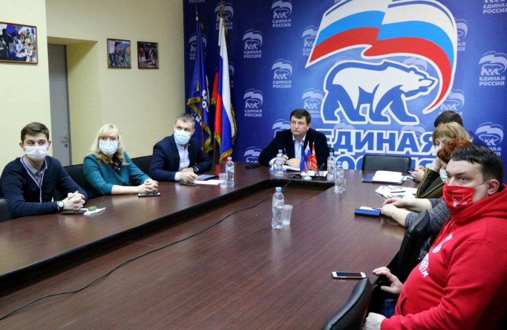 Семенцова, Моргунов, Ляхов, волонтёры, второй Социальный онлайн-форум (фото smolensk.er.ru)