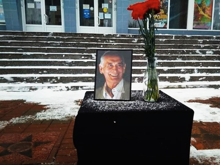 тумба с цветами в память о Лановом, аллея звёзд, кинотеатр Современник (фото vk.com arikveselovskij)