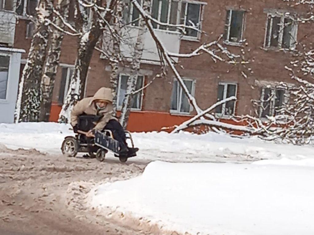 уборка снега женщиной-инвалидом на коляске, 15 микрорайон Рославля_2 (фото vk.com overhear_roslavl)