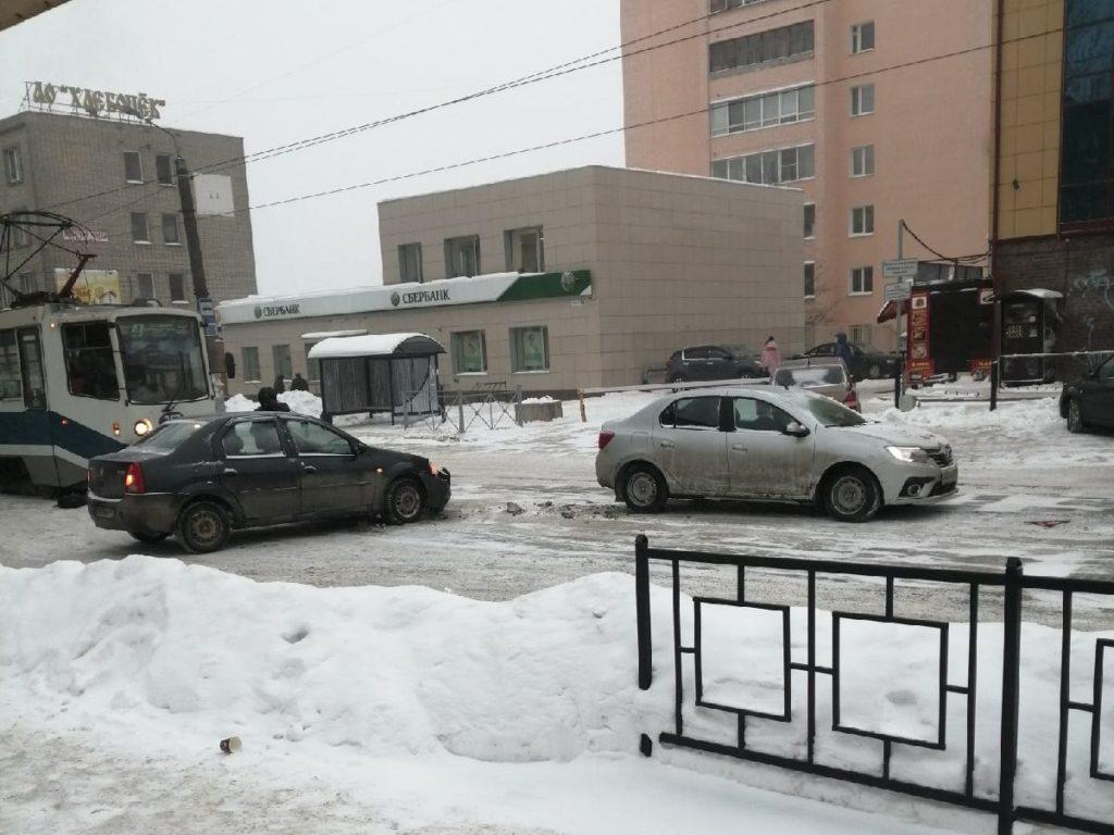ДТП 9.02.2021, Трамвайный проезд, рельсы, Renault Logan (фото vk.com id120734820)