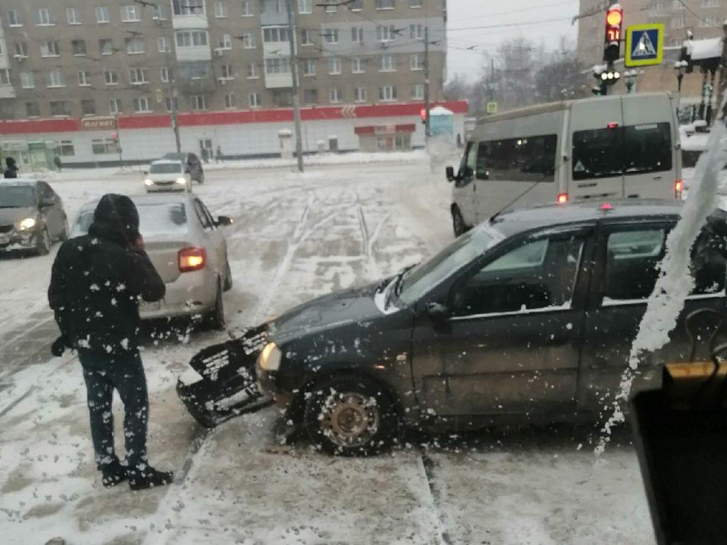 ДТП 9.02.2021, Трамвайный проезд, рельсы, Renault Logan (фото vk.com slidde)