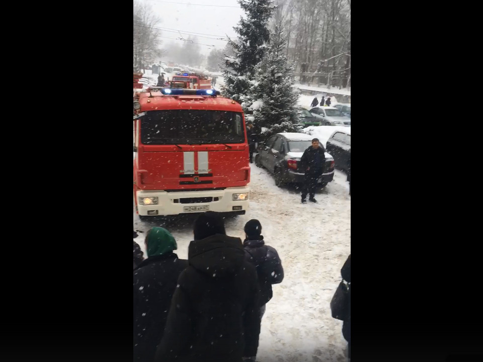эвакуация 4.02.2021 персонала и посетителей третьей поликлиники Смоленска, Трамвайный проезд