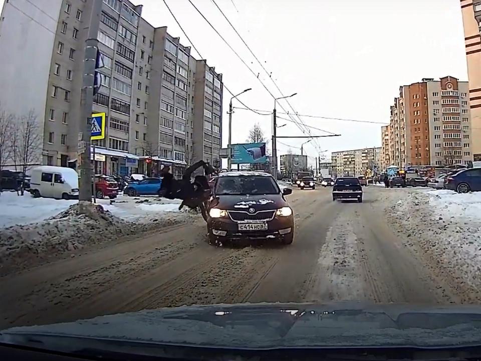 наезд на пешеходов 5.02.2021, Рыленкова, Skoda, переход, ДТП (кадр видео youtube.com channel UCx7xfvoYoFMpMn7HINvTr3A)