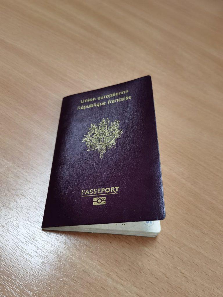 паспорт гражданина Франции (фото пресс-службы погрануправления ФСБ по Смоленской области)