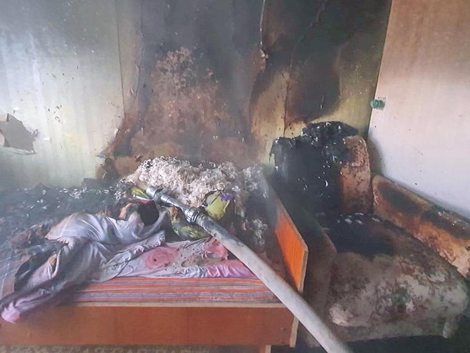 пожар 17.02.2021, 16 микрорайон Рославля, квартира, кресло, кровать (фото 67.mchs.gov.ru)