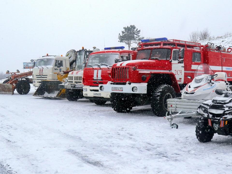 пожарные автоцистерны, спецтехника МЧС, повышенная готовность, зима, непогода, метель (фото 67.mchs.gov.ru)