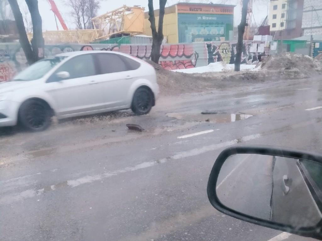 разбитый люк и яма 26.02.2021 на улице Шевченко (фото )