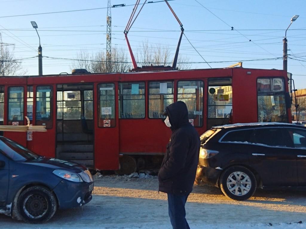 схода трамвая с рельсов 17.02.2021, остановка Заводская (фото vk.com smolensk_transport)