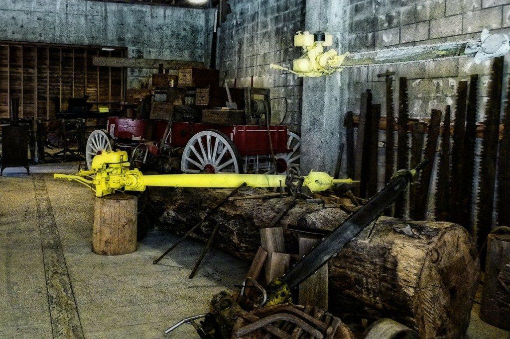 старая лесопилка, пилорама, пилы, бензопила, ствол дерева