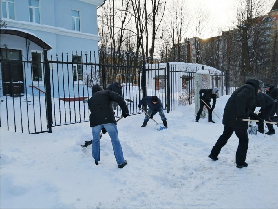 уборка снега 14.02.2021, вторая горбольница (фото smoladmin.ru)
