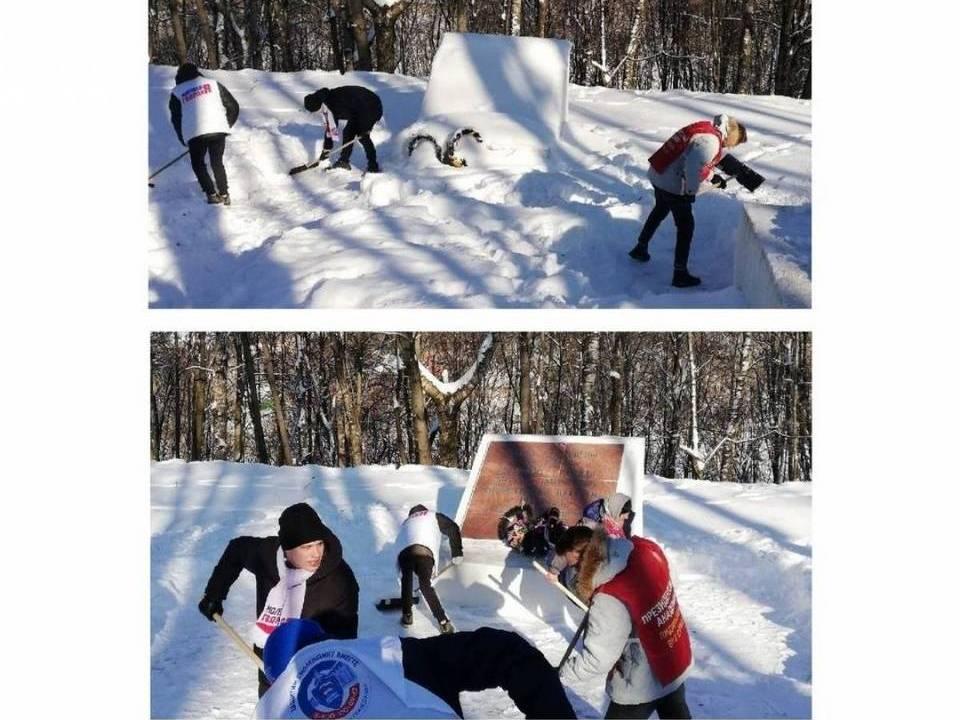 уборка снега, МГЕР, волонтёры, мемориал узникам малого концлагеря №126 (фото smolensk.er.ru)