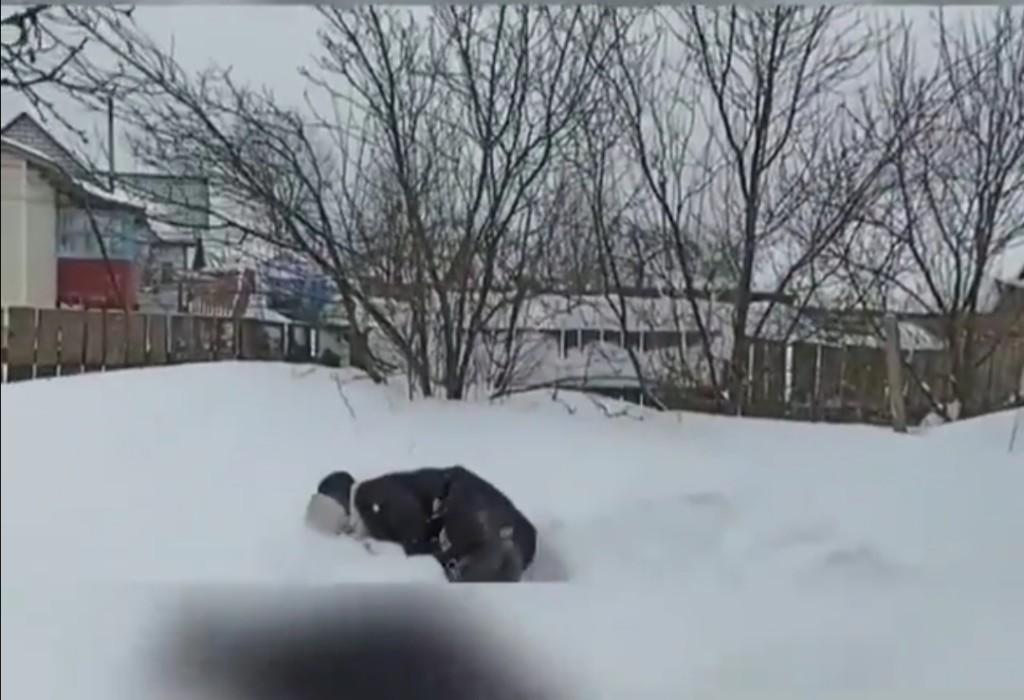 упала в снег прыжок