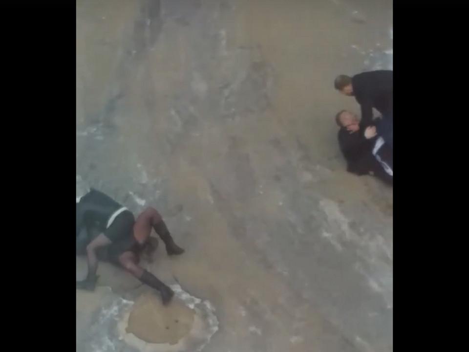 драка девушек и парней 6.03.2021 на улице Ленина в Сафонове (кадр видео vk.com podslushanovsafonovo)