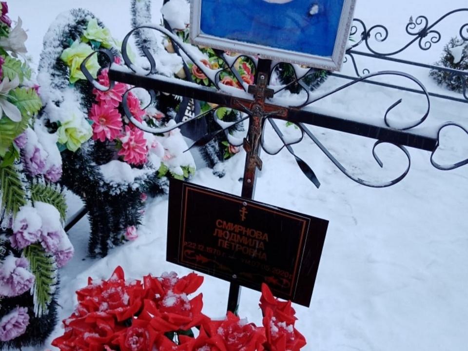 mesto-krazhi-czvetov-s-mogily-na-kladbishhe-v-holm-zhirkovskom-rajone-fevral-2021-foto-vk.com-t.lebedeva1992