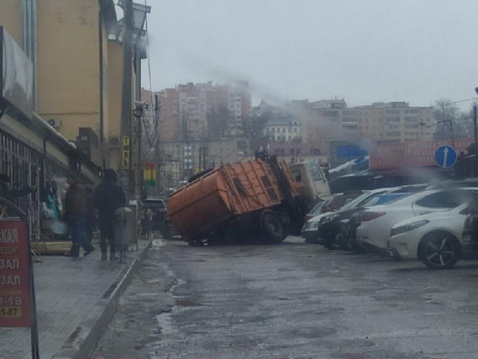 мусоровоз провалился в яму 16.03.2021, Колхозная площадь