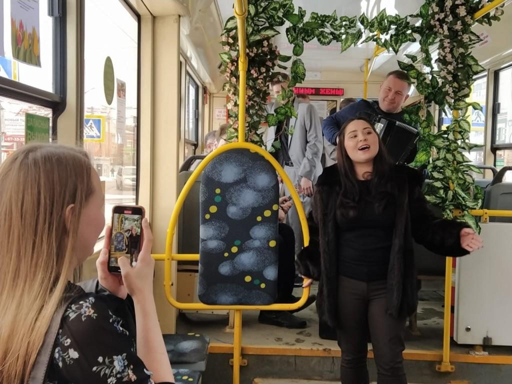 музыкальный трамвай 8.03.2021 областной центр народного творчества, песни, поздравления (фото smoladmin.ru)