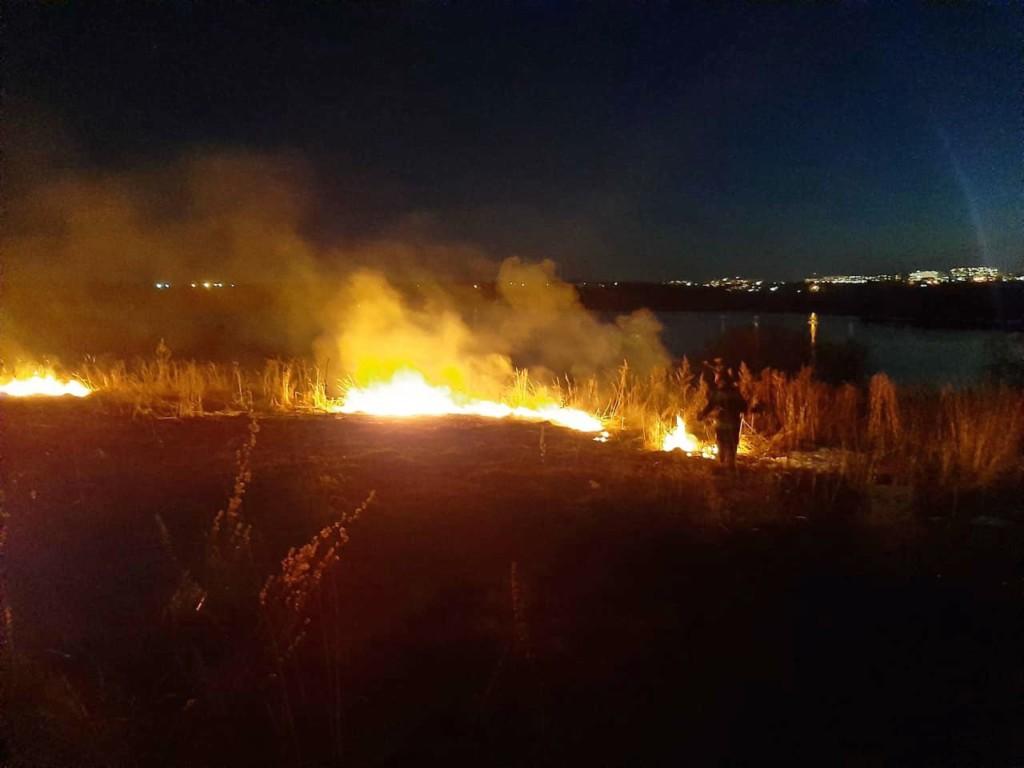 пал сухой травы 25.03.2021, Смоленский район, рядом с озером ТЭЦ-2 (фото 67.mchs.gov.ru)