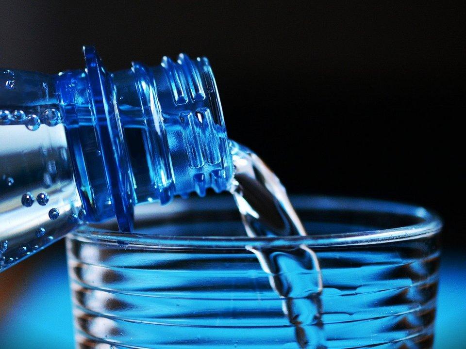 питьевая минеральная вода, бутылка, стакан