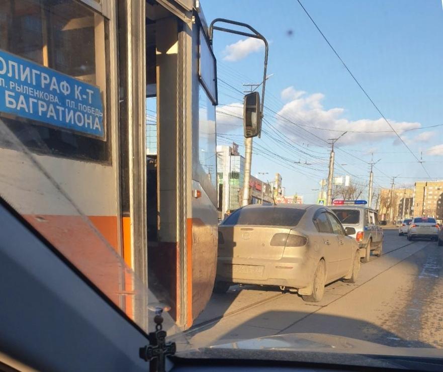 В Смоленске трамвай «протаранил» иномарку