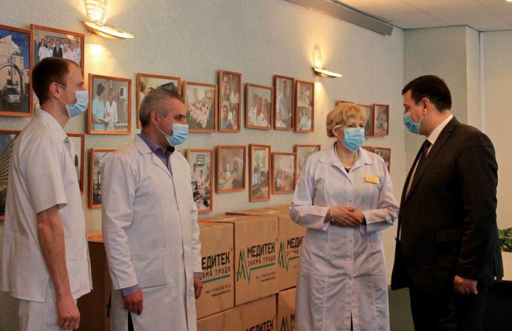 врачи смоленской областной клинической больницы, Ляхов, средства индивидуальной защиты от коронавируса (фото smolensk.er.ru)